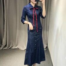 Женское однобортное джинсовое платье длинное до середины икры