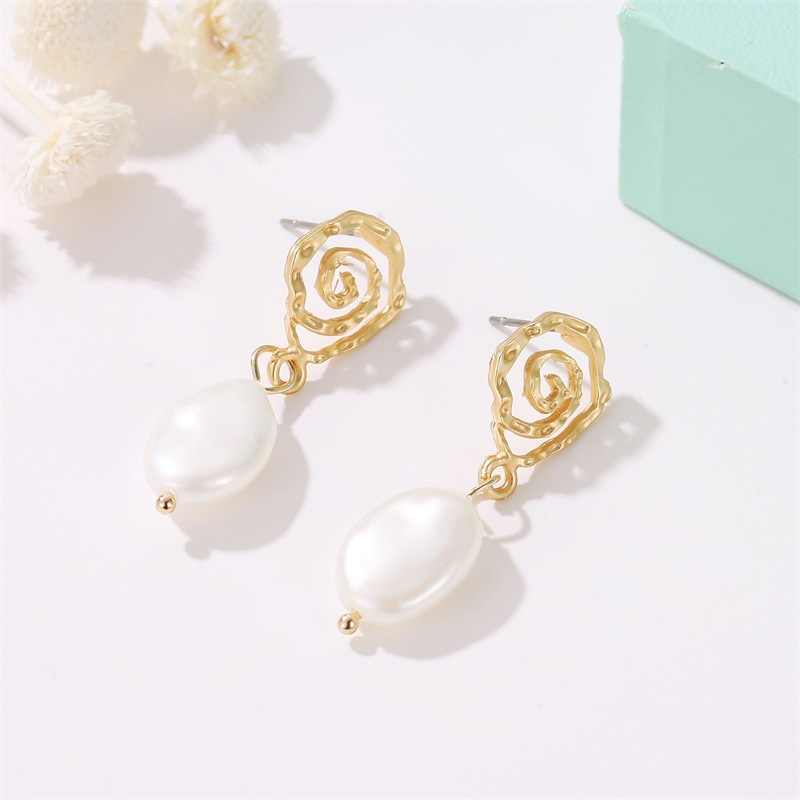 New Popular Geometric Temperament Pearl Earrings Fashionable Retro Spiral Style Gold Stud Fashion Creative Wave Lady Earrings