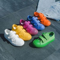 Studenci brezentowe buty oddychające chłopcy dziewczęta sportowe buty moda cukierkowe trampki przedszkole dziecięce buty dla małego dziecka Sapato Infantil w Trampki od Matka i dzieci na
