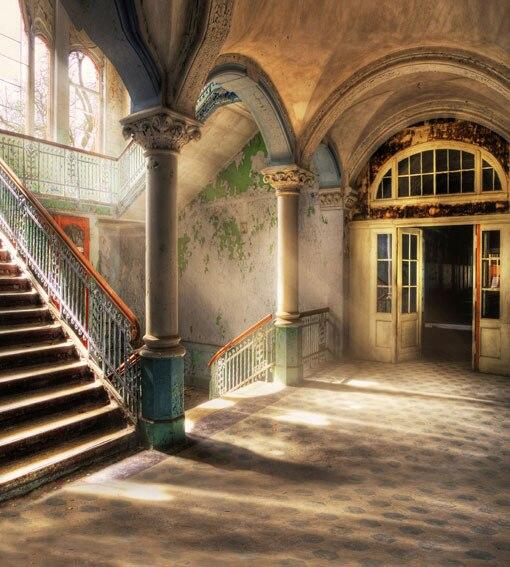 10x10FT Sunshine Basement Cellar Pillars Columns Stair ...