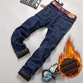 Outono Inverno Engrossar Calça Jeans Reta dos homens com Lã Quente, Denim de alta Qualidade Calças De Brim Homme Plus Size Calças Calças Para Homens