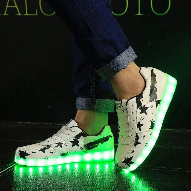 https://ae01.alicdn.com/kf/HTB1retrSFXXXXbUapXXq6xXFXXXf/KRIATIV-7-Kleuren-Maat-35-44-Mannen-en-Vrouwen-LED-Verlichte-Schoenen-Kids-Light-Up-Schoenen.jpg_640x640.jpg