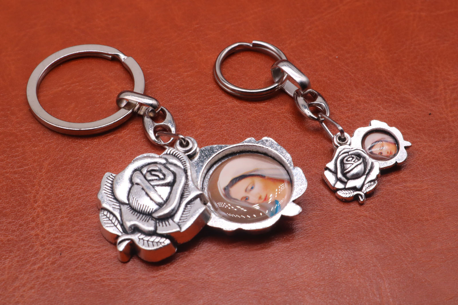 Religious roses. On one side is Jesus, the other is the Notre Dame Marie key ring key car free key transport. ...