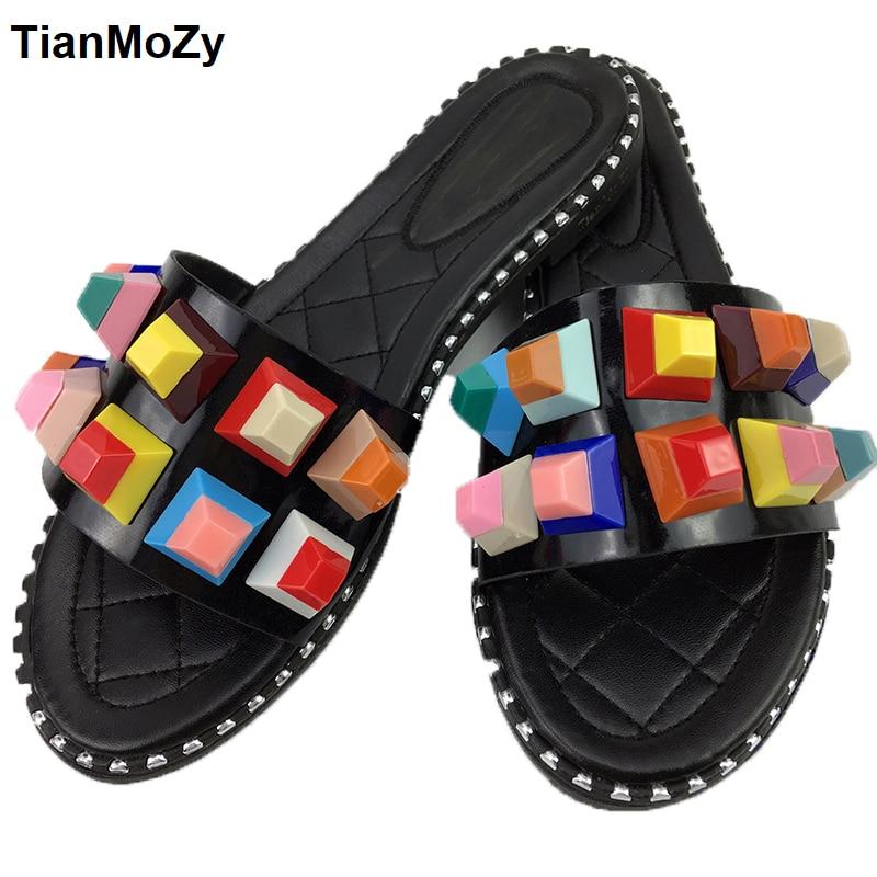 Летние разноцветные конфеты обувь с заклепками женские босоножки открытые Сабо женские Домашние тапочки плоской подошве PU черный белые туфли в стиле панк