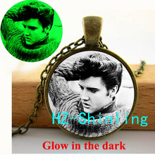 GL-00527 New Fashion Glow in The Dark Elvis Presley Pendant Necklace Rock Star Pendant Glowing Jewelry Round Glass Necklace