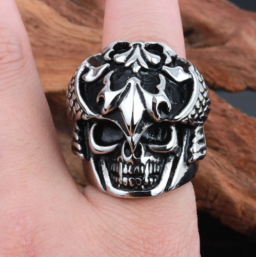 Hardcore Rocker Skeleton Skull Ring Men Ring in hand