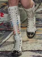 Бренд Дизайн натуральная кожа Для женщин ботинки с высоким голенищем с заклепками с цветочным принтом мотоботы круглый носок ремешок с пря