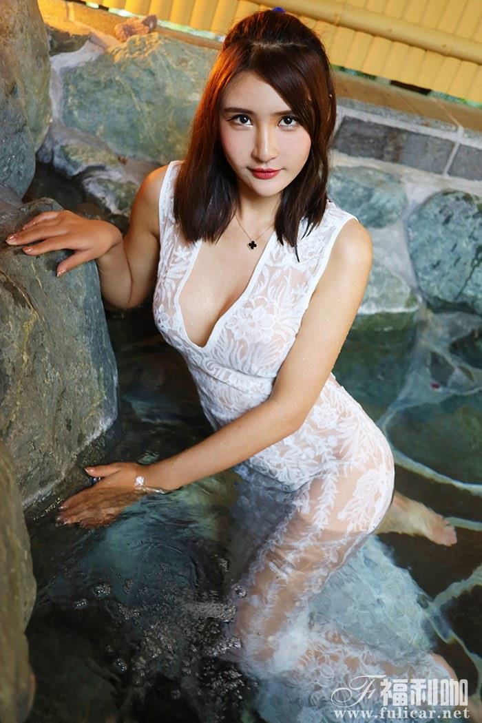 魅力少女尹菲湿了白纱长裙