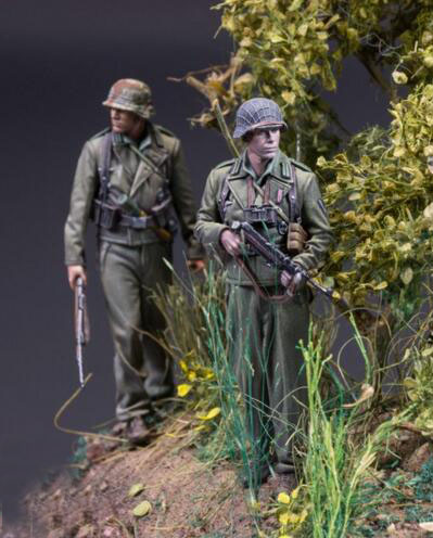1/35 Resin Kits German Soldier Beside Tree 2pcs/set (no tree)1/35 Resin Kits German Soldier Beside Tree 2pcs/set (no tree)