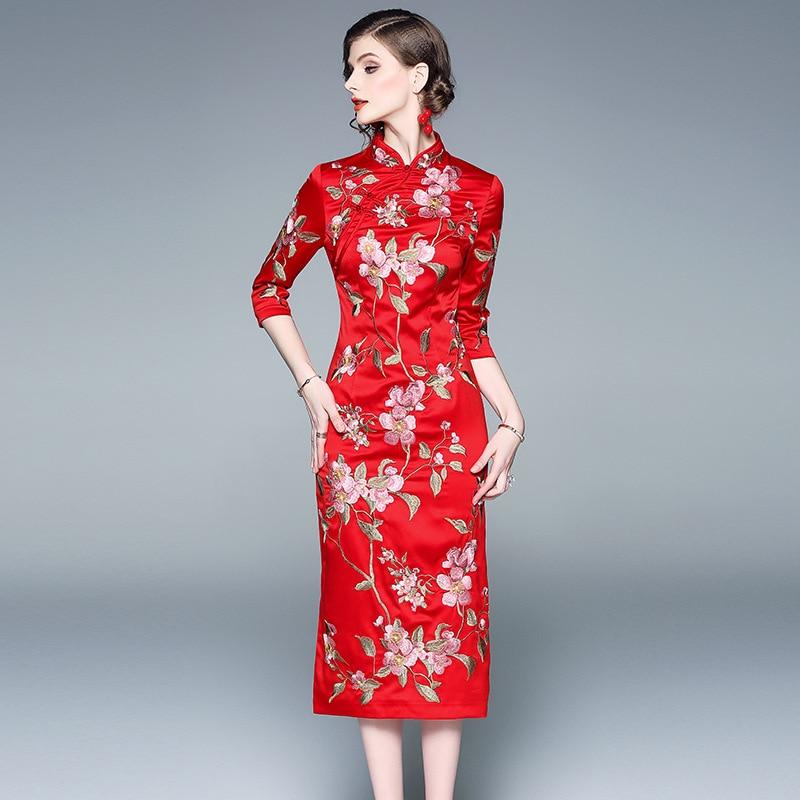 a4aa1b952f3 Trois Trimestre turquoise Printemps Mandarin Floral Femme Cheongsam Rouge Femmes  Broderie Élégant Robe Manches 2019 Chinois ...