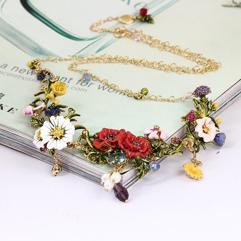 Motif Fleurs Et Plantes Série Tous Les De Fleurs Sont En Pleine Floraison Émail Carthame Blanc Marguerites. collier À Chaîne Courte Bijoux