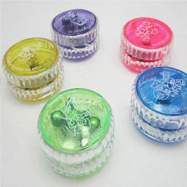 Nouveau allumer la boule de YoYo pour le jouet de jonglage magique fantaisie se déplace clignotant LED couleur couleur aléatoire envoyer