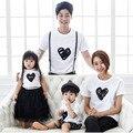 Padre Madre Niños Ropa Trajes de Algodón de Verano T-shirt De La Familia de Madre E Hija Ropa A Juego Del Patrón Del Corazón