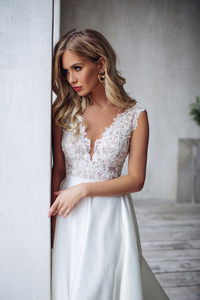Image 3 - Modest Satin Mermaid Trouwjurken V hals Kant Applicaties Backless Sleeveless Bridal Wedding Gown Robe De Mariee 2020