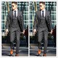 Trajes Hechos A medida 2017 Vestido Formal Desgaste Novio Hombres Tuxedo Boda Gris Oscuro Hombres 3 Unidades de Negocios Traje (Jacket + Pants + Vest + Tie)