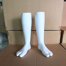 Одна пара белый пластиковый мужской и женский манекен для ног