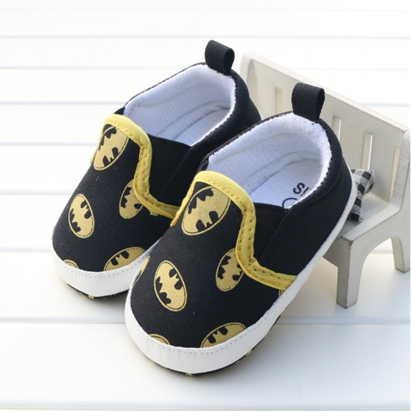 Черные детские ботинки унисекс с героями мультфильмов; детская кроватка на мягкой подошве; семейная домашняя обувь для мальчиков и девочек; обувь для малышей; обувь для новорожденных