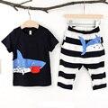 2016 de Los Bebés de la Ropa Linda Del Niño 2 unids Tiburón Corto de La Camiseta + Pantalón de Rayas Trajes de Verano Bebé Ropa de Los Cabritos Ropa conjuntos