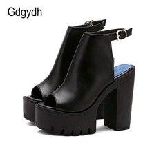 Černé boty na vysokém klínu s podpatkem a otevřenou špičkou