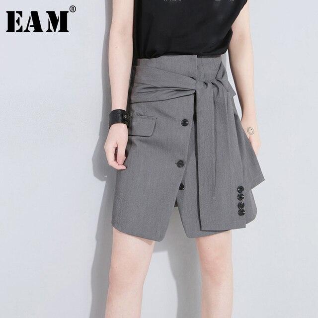 [EAM] تنورة جديدة موضة 2020 للربيع والصيف بخصر عالي مطاطي وزر أسود مزودة بأشرطة تنورة بطول نصف الجسم للسيدات JW185
