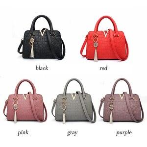 Image 2 - Женские модные дизайнерские сумки из крокодиловой кожи с V образным вырезом и буквами, роскошные качественные женские сумки через плечо, сумка мессенджер с бахромой