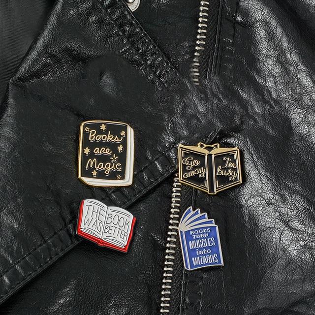 Livro pins Broches jóias livro Mochila Sacos de livro Mágico das Bruxas Chapéus De Couro jeckets Acessórios Das Mulheres Dos Homens de Jóias