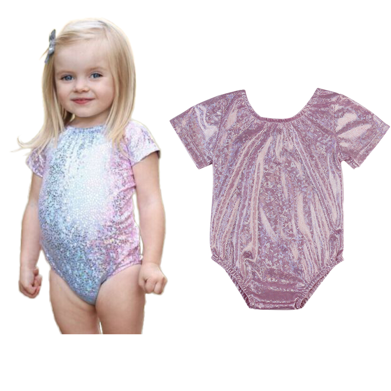 Petite fille en maillot de bain
