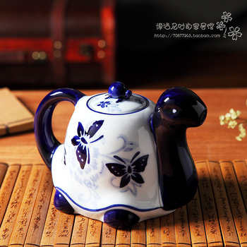 Blue and white tea kettleporcelain geomancy tortoise Southeast Asian wind decoration  cold water kettle classical furnitur