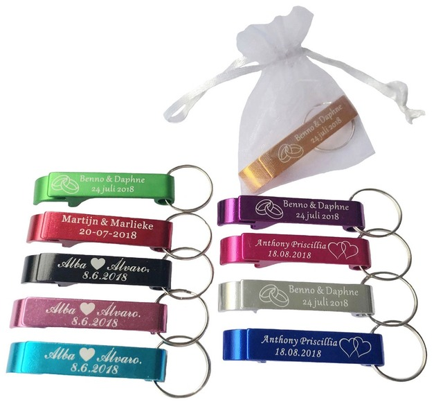 50 قطعة شخصية محفورة ميداليات مفتاح القوارير Keyrings شخصية الزفاف هدية لصالح الزفاف مع حقيبة من الأورجانزا الأبيض