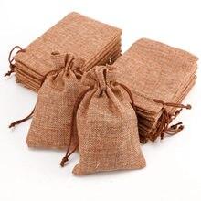 a186365ad 10 piezas Mini de yute bolsas de arpillera boda favores de la fiesta de  Navidad de regalo de la joyería saco de arpillera bolsas.
