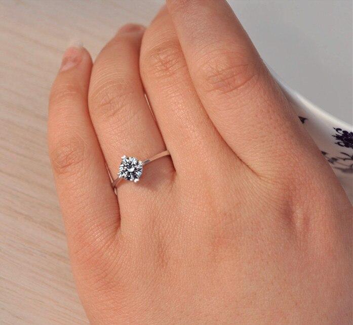 Anillo con un diamante pequeno