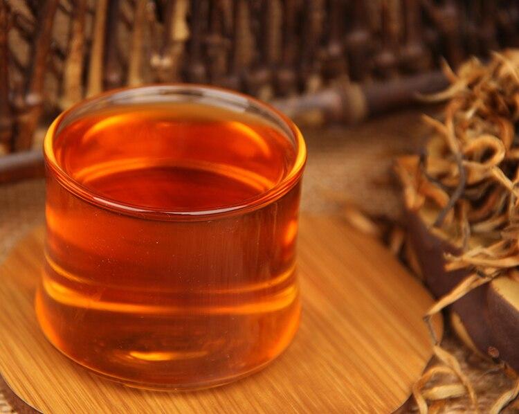 Thé jaune avec un verre rempli | oko oko