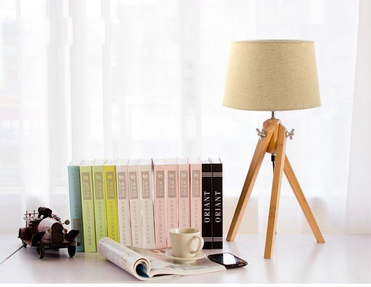 DSQ American Vintage Pastorale Wood Tripod Desk Lamp For Home / Restaurant Decoration