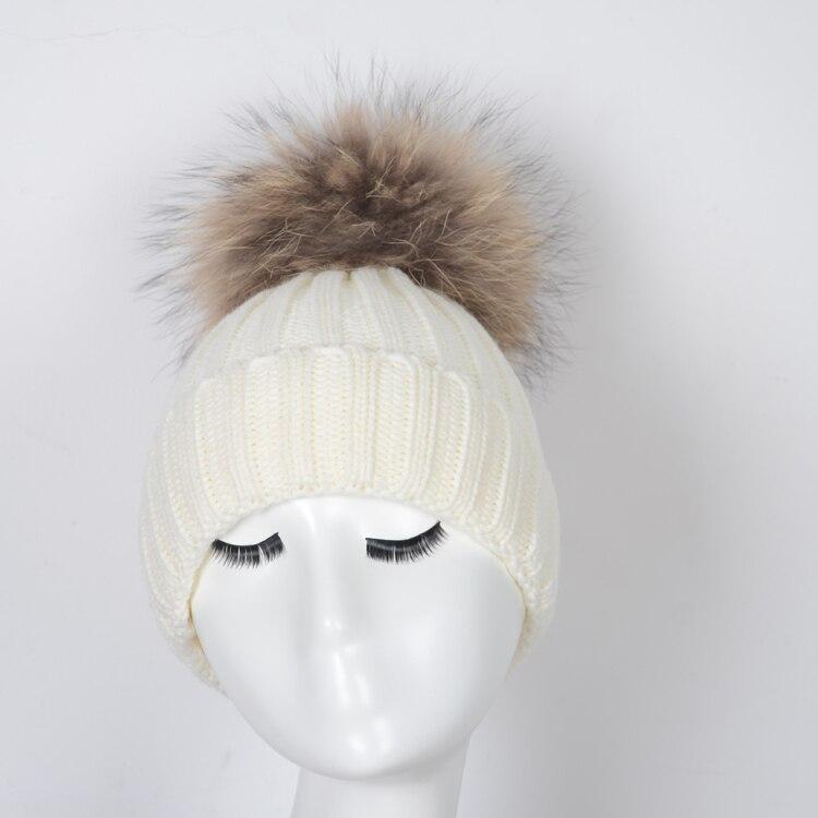 Bianco birichino procione pon pon di pelliccia cappello cappello del  crochet beanie per la giovane signora in Bianco birichino procione pon pon  di pelliccia ... 5695adf995eb