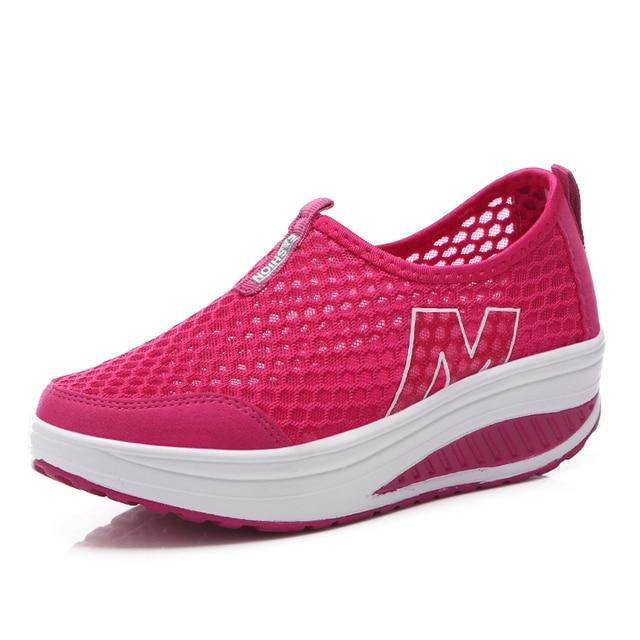 קיץ חדש נשים של נעלי הליכה מזדמנים ספורט אופנה גובה הגדלת אישה לנשימה אוויר רשת נדנדה טריזי סניקרס