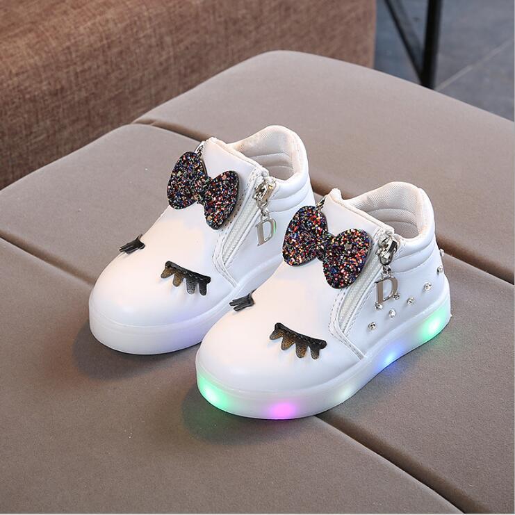 Los bebés infantiles Bowknot cristal luminoso LED botas Zapatos Zapatillas nudo mariposa diamante pequeños zapatos blancos