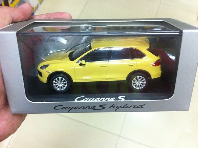 MINICHAMPS 2010 CAYENNE S-YELLOW 1:43 Diecast Mannequin Automobiles