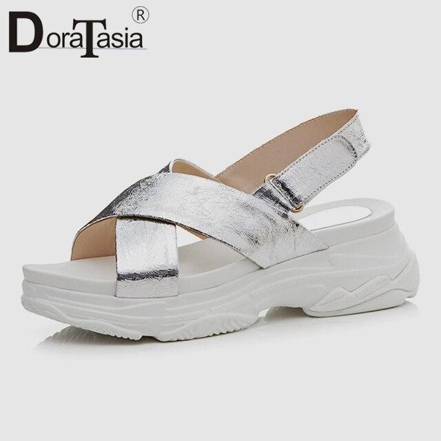 68dac4a05cbb DoraTasia/Новинка 2019 года; модные летние сандалии на плоской платформе;  женская ...