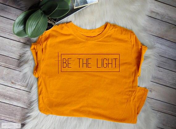 Essere La Luce T-Shirt Christian Graphic Tee regalo per le donne Fede Magliette ragazze di tendenza top maglietta di modo per Le Persone con fede
