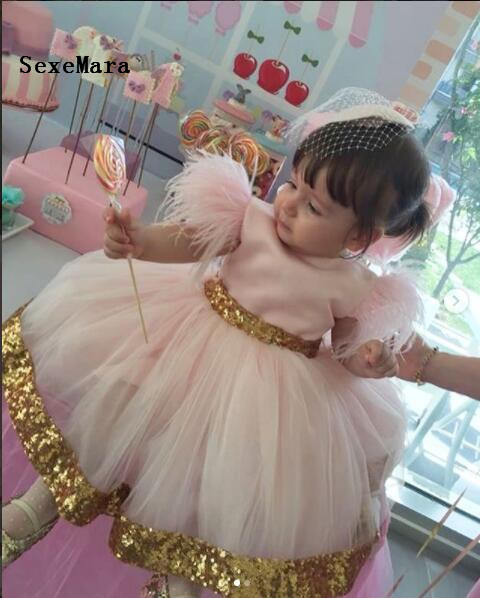 Cute Baby Birthday Gowns with Golden Sequined Bow Belt Zipper Back Feathers Customized For Little Girls Party New Design VestidoCute Baby Birthday Gowns with Golden Sequined Bow Belt Zipper Back Feathers Customized For Little Girls Party New Design Vestido