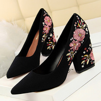 Женская обувь на высоком каблуке с цветочной вышивкой; коллекция 2019 года; весенние женские туфли-лодочки; модная женская свадебная обувь; че...