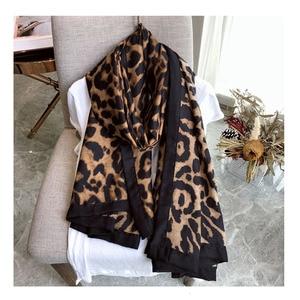 Image 5 - יוקרה מותג חורף צעיף, leopard צעיף נשים, רך Pashminas, צעיפים וצעיפים, Sjaal המוסלמי חיג אב, בעלי החיים הדפסת leopardo, קייפ