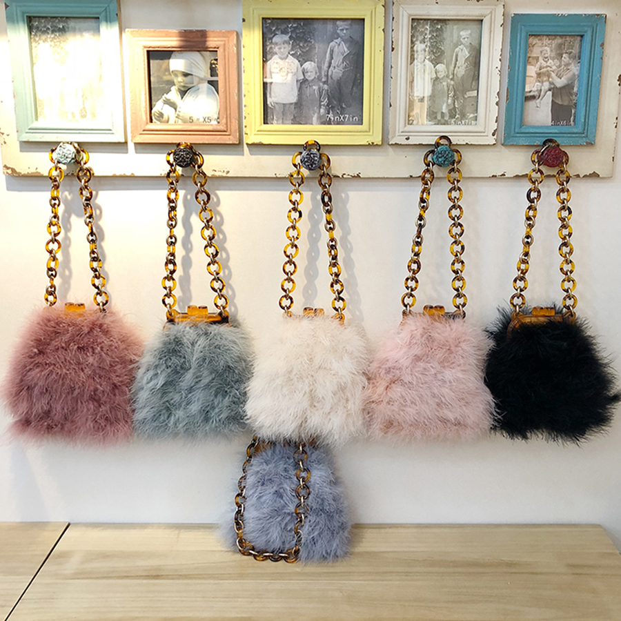 Luxury Winter Ostrich Feather Acrylic Chains Clip Bag for Women Plush Acrylic Handbags Women Shoulder Messenger Bags Faux Fur lydian velvet trunk bag 2018 winter new ostrich feather handbags tassel small women bag pink kiss lock shoulder messenger clutch