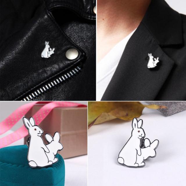 1 Pz Carino Due Conigli Bianchi Male Distintivo Corpetto Collare di Metallo Spil