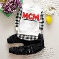 16colors 2016 menino primavera e outono Branco e preto letras MCM longo-sleeved camisola xadrez além de calças buraco two-piece set