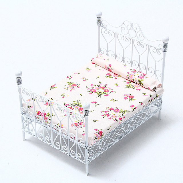 1/12 Dollhouse Miniature Bedroom Furniture Metal Bed With Mattress White European Style Mini Cute Decor Gift Toys For Children
