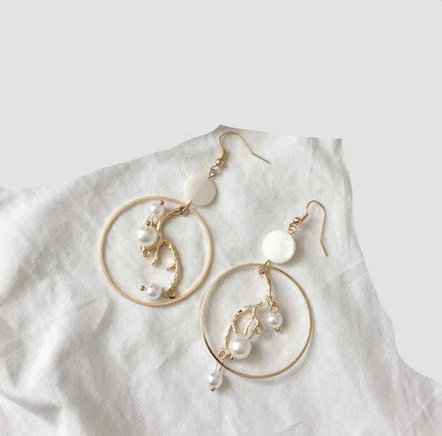 Ey330 Europe Vintage Simple géométrique métal cercle exagéré feuilles imitation perle coquille couture boucles d'oreilles femme bijoux