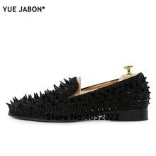 1a0353c22 YUE Jabon de Luxo Designer de Sapatos Mens Flats Casual Preto Vermelho Ouro  Prata Rebite Sapatos de Casamento de Couro Cravejado.