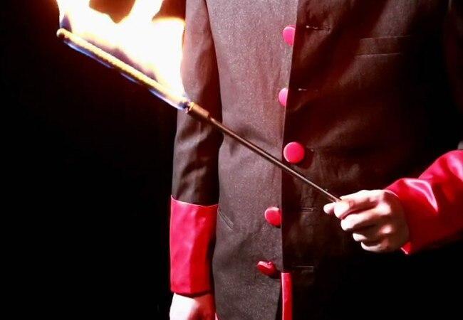 Le feu électronique aux tours de magie de canne peut être utilisé pour la torche à la canne