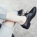 2017 Nueva marca de moda negro zapatos de punta remache del dedo del pie de espesor las mujeres de tacón bombas con cordones clásicos de alta calidad atractiva de las mujeres causales zapatos